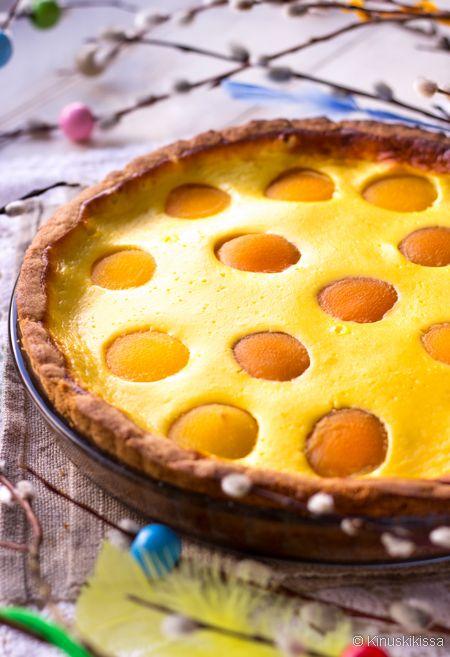 Rahkapiirakka on mutkaton pääsiäisherkku moneen makuun. Aprikoosit täplittävät pinnan kauniisti. Niiden tilalla voi käyttää myös persikoita, jotka ovat hieman isompikokoisia. Täytteeseen makua antaa appelsiinilla maustettu rahka, muuta ei tarvita ja hyvä niin. Jos kuitenkin haluat piirakkaan pientä lisätwistiä, niin kokeile