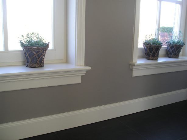 Mooie kleuren combi en mooie plinten, en vensterbanken