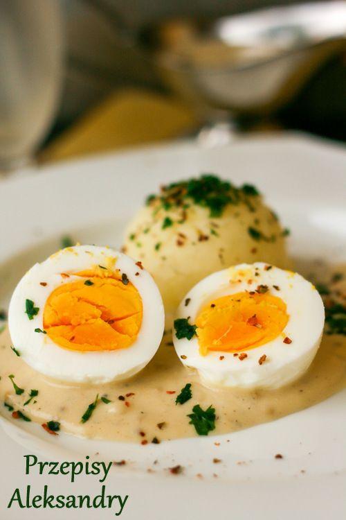 Jajka ugotowane na twardo podane z musztardowym sosem i ziemniakami / hard boiled eggs served with mustard sauce