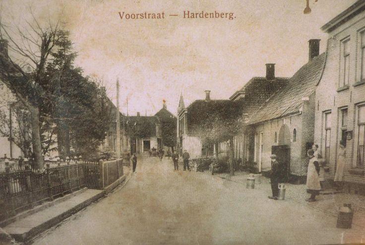 Nonstalgisch Hardenberg ... met de Melkbussen aan de straat  in de Voorstraat..prachtig toch ?