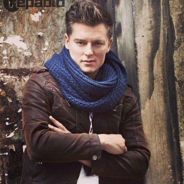 Porzucił karierę zapaśnika dla muzyki. Rafał Brzozowski opowiada nam o swoim udziale w programie The Voice of Poland, obcisłych T-shirtach oraz o kobiecej i męskiej urodzie.