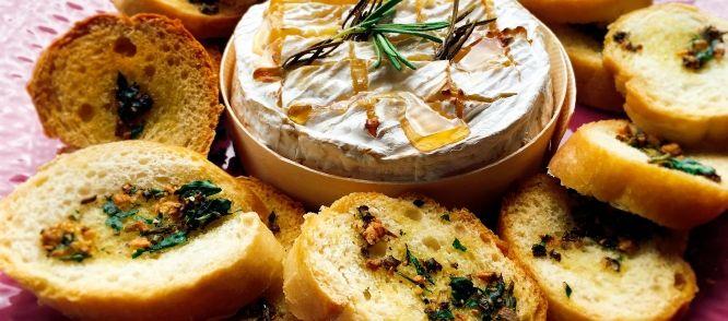 Camembert fondue met kruiden bruschetta