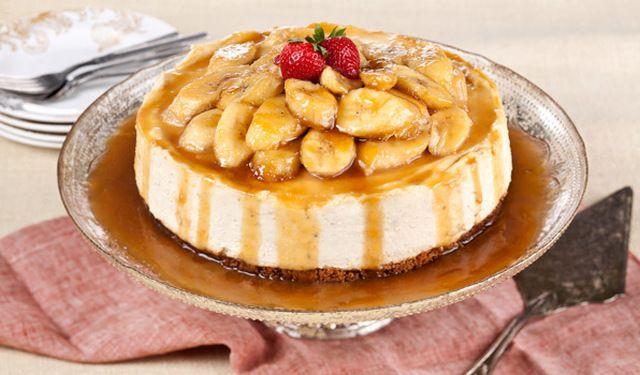 Δροσερή τούρτα μπανάνας με γιαούρτι και καραμελωμένες μπανάνες