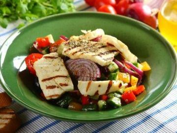 Řecký salát se sýrem Haloumi / Greek salad with haloumi cheese