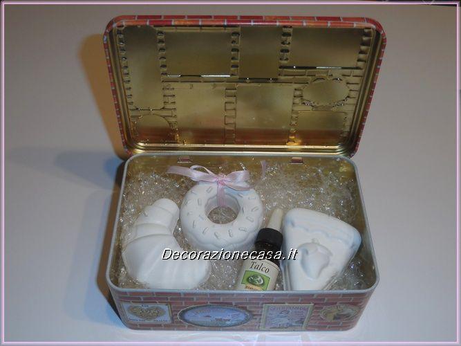 Scatola di latta confezione regalo  Contenuto: 3 gessi profumati con olio essenziale profumo Talco.  Misura della scatola: L 19 P 12 H 7  Misura dei gessi 7/8 cm