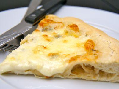 De klassieke pizza quattro formaggi (4 kazen pizza). In de pizza quattro formaggi zitten natuurlijk vier Italiaanse kaassoorten (formaggi betekend kaas in het Italiaans). De meest uitgesproken kaas in dit recept is de blauwgeaderde gorgonzola. Je kunt natuurlijk ook een peccorino geitenkaas gebruiken in plaats van gorgonzola. Deze geitenkaas is verkrijgbaar van mild tot heel sterk. Kijk voor het recept van pizzadeeg op het filmpje op deze site.