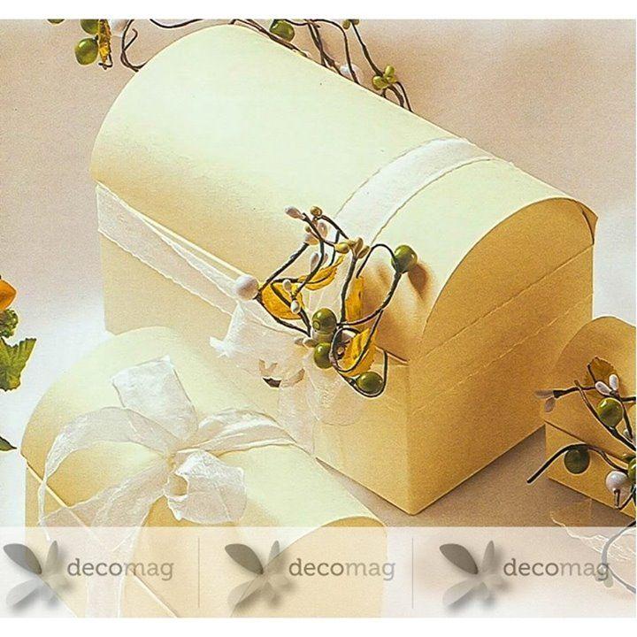 Pentru evenimentul tău plin de rafinament adaugă mărturia tip cutiuță în formă de cufăr cu striaţii fine de culoare ivory. Fiecare cutiuţă poate fi personalizată în concordanţă cu evenimentul tău îi poți adăuga culoare fie o poți îndulci cu drajeuri sau îi poți adăuga flori parfumate! Comandă și tu aici: http://ift.tt/2uUrOuO.