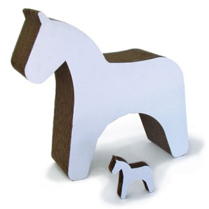 23€.Cheval en carton recyclé qui va servir de compagnon ou de monture à votre petit dernier et qui au moindre mouvement va tintinabuler grâce à la petite clochette enfermée dans son corps.Une fois lassé d'enfourcher son cheval, il sera toujours possible d'étreindre ou de personnaliser la miniature avec quelques coups de crayon ou de pinceaux.