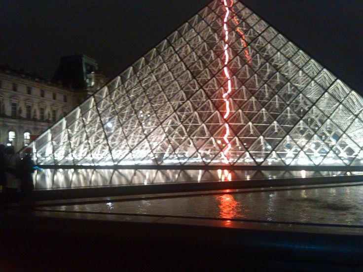 #Paris #Louvre #atnight #inlove