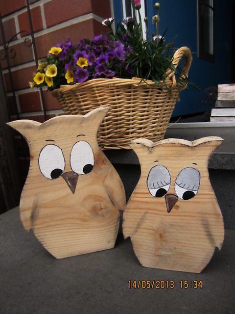 Zwei schöne Eulen aus Bauholz .  sie sind sägerau verarbeitet, was aber gerade den Charm dieser Deko ...
