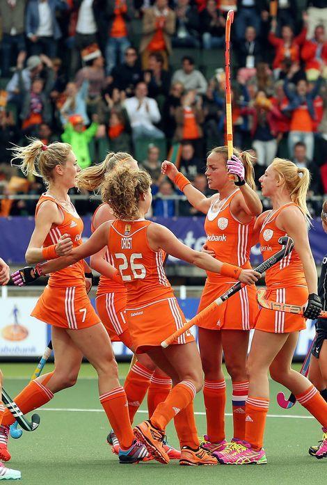 Ploeggenoten feliciteren Maartje Paumen met haar 3-0.