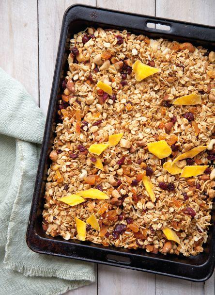 Maak deze heerlijk granola en roer het door je yoghurt voor een heerlijk ontbijt! Bekijk dit recept uit het nieuwe kookboek van Annabel Langbein op blog.hellofresh.nl