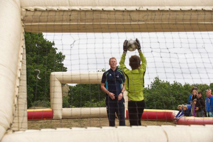 Opening van de MooiWeer Zomerspelen in 2013 met SC Heerenveen doelman Bian Van denbussche http://www.mooiweerzomerspelen.nl