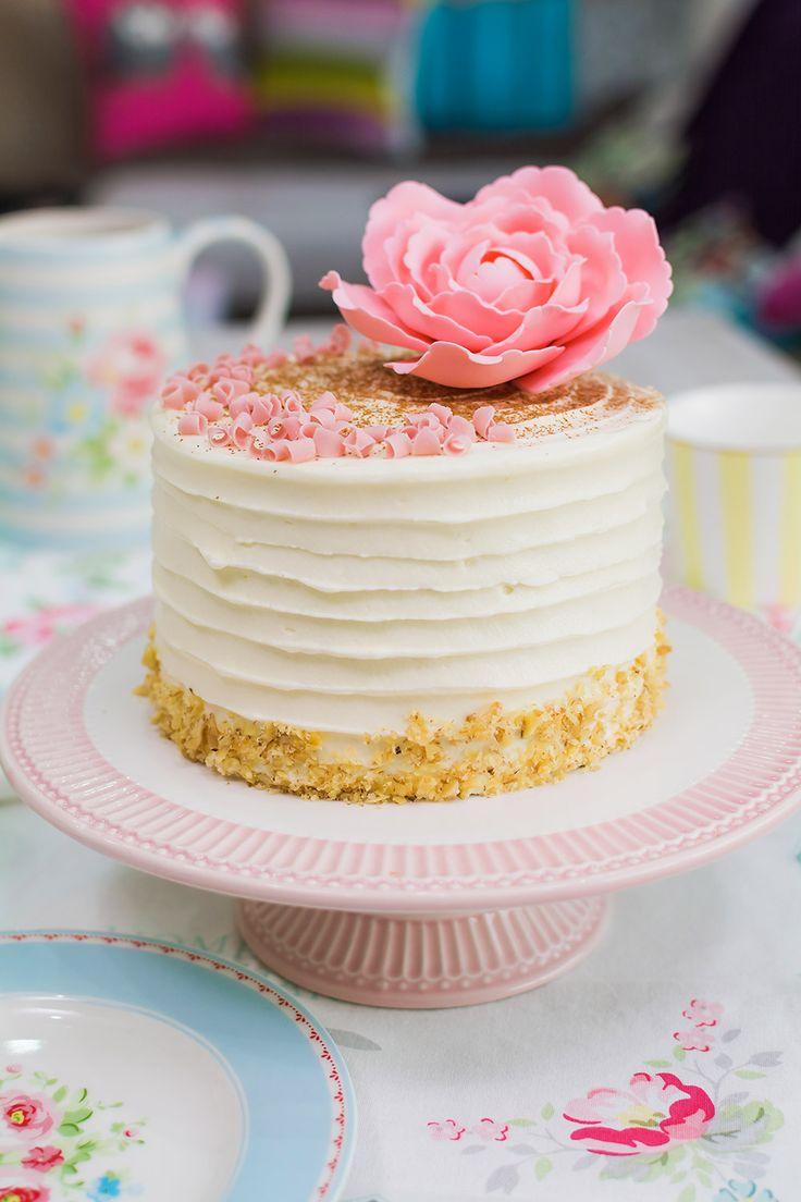 En este vídeo os mostraré cómo hacer una tarta de canela y nueces con frosting de queso crema. Y por si esto fuera poco, en su interior, nos espera una mermelada de manzana, nueces y canela que combina perfectamente con los sabores de la tarta. Además, os muestro un truco muy útil para rellenar tartas con mermelada y que no se salga por los bordes. Para la decoración, he utilizado una técnica supersencilla, pero muy resultona. Consiste en acariciar suavemente la tarta con una espátula…