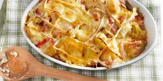 Bloemkool en aardappelschotel met hamreepjes en brie