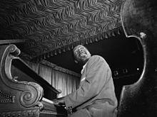 """Erroll Garner fue un pianista estadounidense de jazz, estilísticamente encuadrado en el swing y el bop. A pesar de no saber leer música, fue un músico sofisticado y popular, que mantuvo su estilo inalterado hasta el final de su carrera. (1921-1977). Su composición """"Misty"""" se convirtió en un estándar del jazz."""