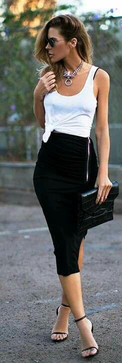Falda tipo tubo negra, camiseta balnca y accesorios plata.