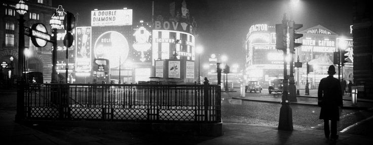 16 Fantastic Vintage Photographs of Piccadilly Circus at Night in the 1950s