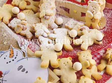 biscotti-orsi-polari Ingredienti frolla: 60 g di albumi 320 g di farina 35 g di amido di mais 50 g di farina di mandorle 220 g di burro 140 g di zucchero a velo 3 gocce di aroma mandorla inoltre: mandorle con la pelle noci caramelle bianche crema spalmabile al cioccolato zucchero a velo