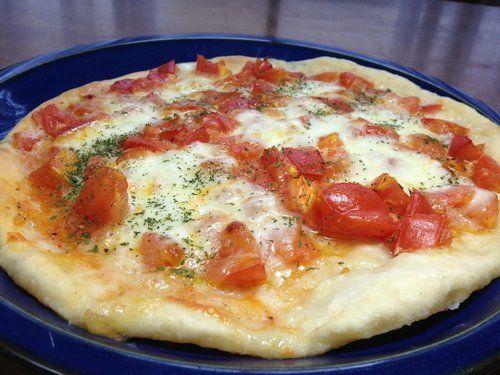 ■ はじめにモッツァレラチーズといえば、まずイタリアンピザを連想しますよね。ここではモッツァレラチーズと完熟トマトの簡単ピザの作り方を紹介します。生地は捏ねるだけ、発酵なしですぐ焼きはじめることが出来るので短時間で本格的なピザが楽しめます。■ 材料 (直径24cm・1枚分)◎ ソースの材料・トマト(完熟):3...