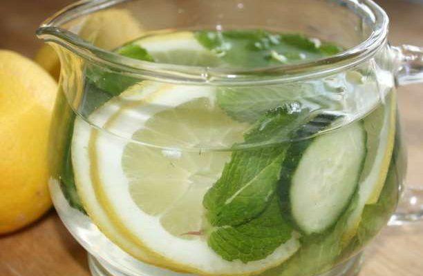 Μάθετε πως να φτιάξετε Sassy Water τα συστατικά του (νερό, μέντα, λεμόνι και αγγούρι) και πως μας αδυνατίζει