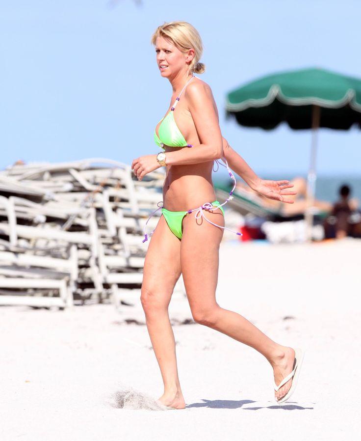 aAfkjfp01fo1i-32567/loc650/76528_Celebutopia-Tara_Reid_with_green_bikini_on_the_beach_in_Miami-09_122_650lo.jpg