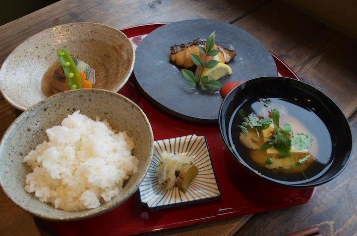 おいしいごはんを食べるために 外国からも訪ねる人がいる、米や松倉 | 沖縄の穴場カフェや絶景スポットを便利に検索。沖縄旅行・観光の厳選情報【沖縄CLIP】