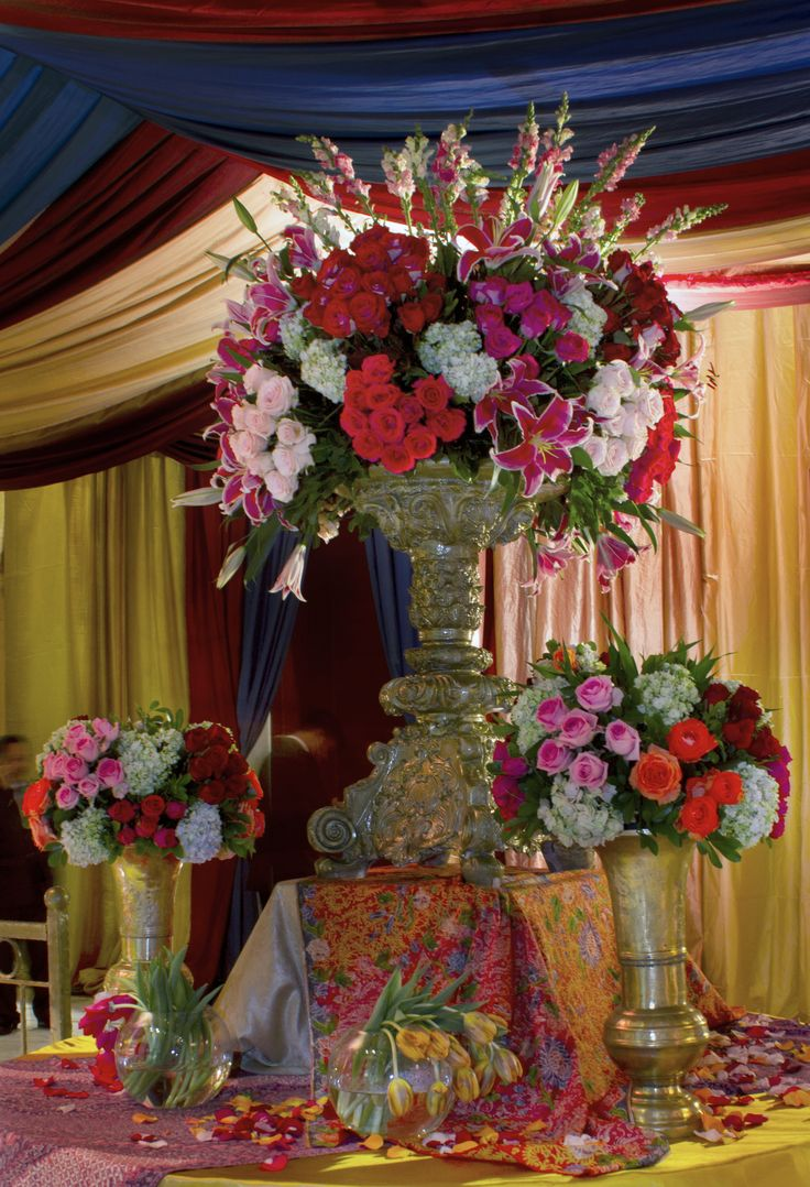 #mawarprada #dekorasi #pernikahan #wedding #glamour #elegant #decoration #centrepiece #jakarta more info: T.0817 015 0406 E. info@mawarprada.com www.mawarprada.com