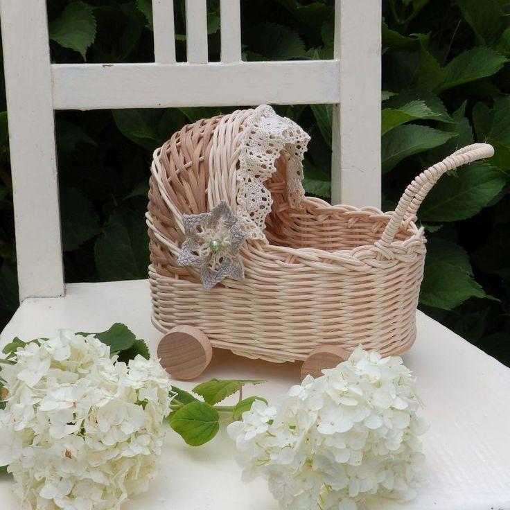 Kočárek - košatinka Kočárek k dekoraci, nebo pro menší panenku, pletený z přírodního pedigu a šény s HDF dnem. Záclonka a kytičkaje z bavlněné krajky. Kolečka jsou z bukového dřeva. Rozměr dna 12 x 20. Výška19 cm vč. boudičky.