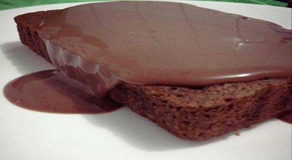 Bolo de Chocolate Fit   Ingredientes:  1 ovo  1 banana amassada (uso nanica)  2 colheres de farelo de aveia  1 colher de sopa de leite em pó  1 colher de sopa de achocolatado light (uso o da marca magro) ou cacau em pó Gotas de essência de baunilha  Adoçante a gosto (uso um sachê de sucralose) 1 colher de chá de fermento royal  Misture tudo com um garfo, por último o fermento, coloque em um recipiente em que não tenha perigo de transbordar e leve ao micro por 2 minutos e 30 segundos.