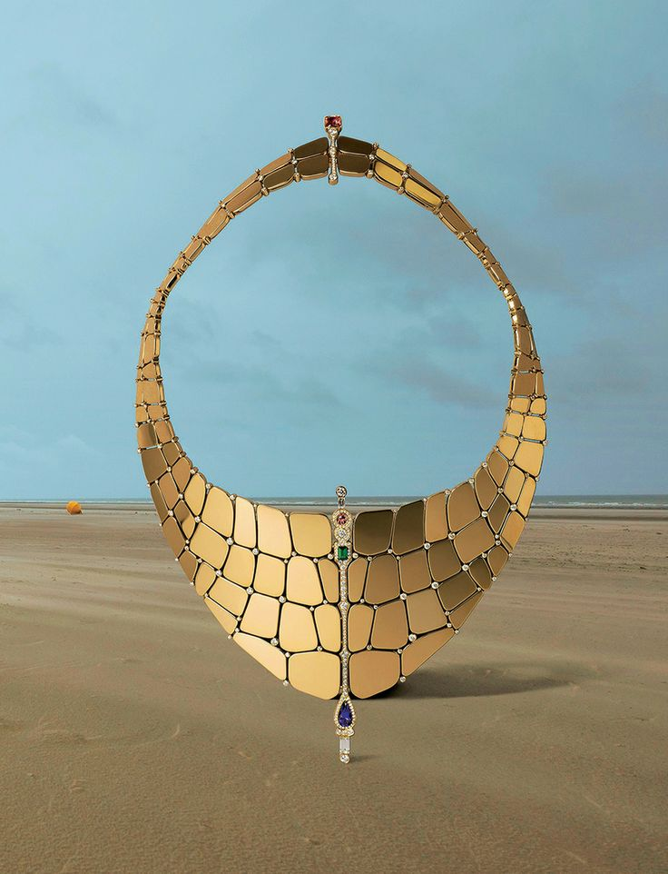 Madame Figaro. Trésor de mer -  Collier Niloticus, en or rose, diamants, tourmaline verte, tourmaline roses et iolite. Hermès.