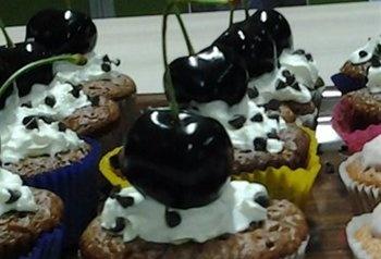 Cupcakes met chocolade en kersen