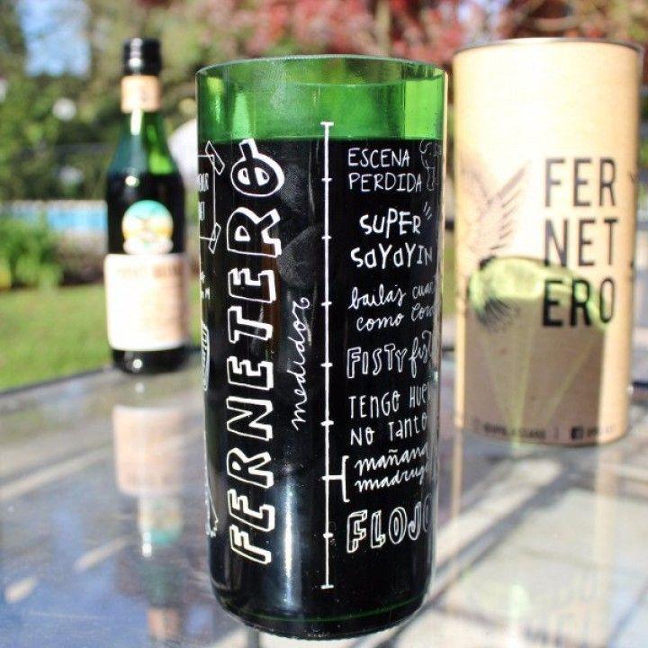Este vaso está hecho para la persona que se cansó de conformarse con vasos de tamañonormalpara el fernet con coca en la previa. Es un vaso de 850 ml hecho con una botella de litro de fernet, no apto para débiles. ¡Apurate y comprá el tuyo! Entrega gratuita en CABA, GBA NORTE y MAR DEL PLATA. Todos los vasos son reciclados, cortados, lijados y pulidosa mano. Recibimos las botellas de la Cooperativa CURA y diferentes recicladores de base. Pagamos 5 veces más que lo que normalmente reciben…