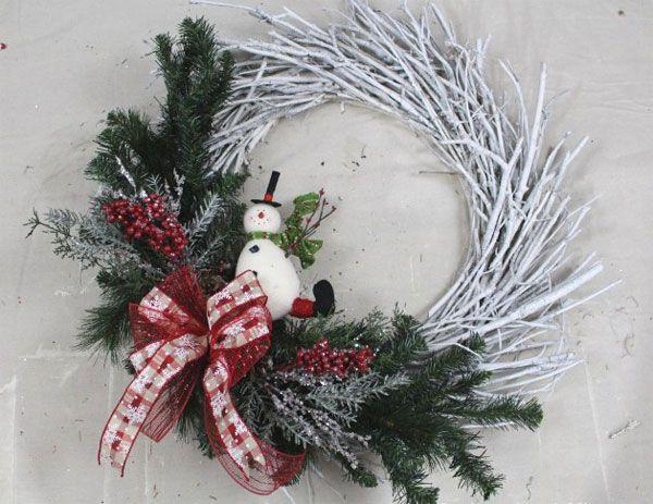 Ghirlanda natalizia fai da te con rametti di pino e pupazzo di neve