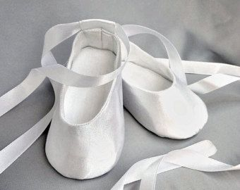 Niña blanca zapatos, satén suave único pre-caminantes, boda chica quieres, zapatos bautismo bendición, zapatillas niños, zapatos de bebé niña