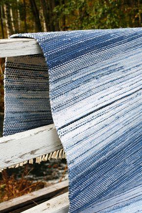 """Suomalainen aito räsymatto on verrattoman kaunis ja kestää hyvin käyttöä. Sininen räsymatto """"Verlan kuohuja"""" on Kankaankutojan Mattokirjassa, Mallikerta."""