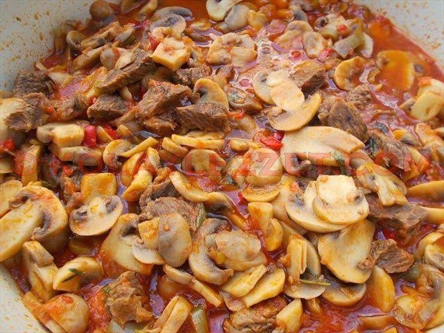 MANTARLI ET SOTE  Malzemeler 400 gr mantar Yarım kg parça et İki orta boy olgun domates Üç - dört adet sivribiber Bir yemek kaşığı salça İki adet orta boy soğan İki - üç diş sarımsak Bi...