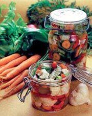 V zimných mesiacoch sa domácej zeleniny nevieme dočkať, v lete nás zaplavujú sezónne prebytky. Neviete, čo s nimi? Uložte ich na horšie časy...