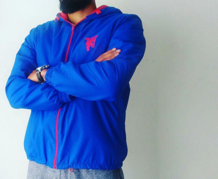Diseño y confección de chaqueta impermeable Manchester United color azul con interior rojo, estampado en vinilo textil.  www.stitchcolombia.com  #Publicidad #marketing #diseño #desing #advertising #color #impresion #print #estampado #stamping #impermeable #waterproof #manutd #manchesterunited #manchester #chaqueta #jacket