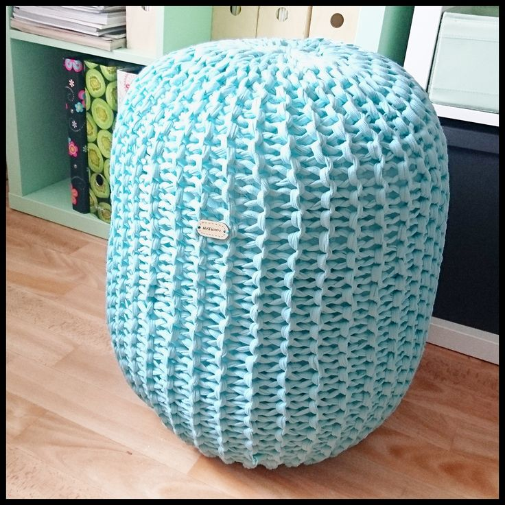 Krásná kombinace mentolové zelené a pletená struktura, to činí z tohoto taburetu perfektní doplněk do vašeho domova. Bude užitečný v ložnici, obýváku i v koupelně a každou místnost rozzáří.  Puf …