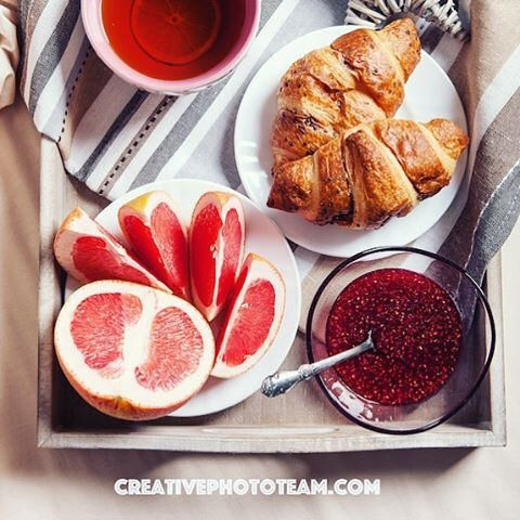Morning croissant with grapefruit • #food #foodphoto #foodphotography #croisant #tea #чай #jamberry #berry #fruits #fruit #grapefruit #morning #goodmorning #breakfast #inbad #breakfastinbed #creativephototeam #stockphoto #cup #cupoftea #goodmornig