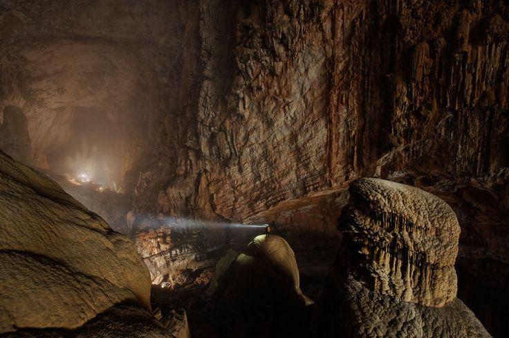 Пещера Хан Сон Дунг, Вьетнам. Это самая большая пещера на Земле, в ней можно летать на самолете и воздушном шаре.