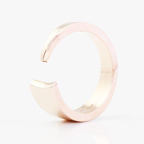 エッジィ、ヴィンテージライク、グラマラス、ロマンティック、と様々なテイストに合うデザインが揃うアクセサリーブランド、BRANDY PHAM(ブランディ ファム)。リボンのように指を包みこむデザインのリング。
