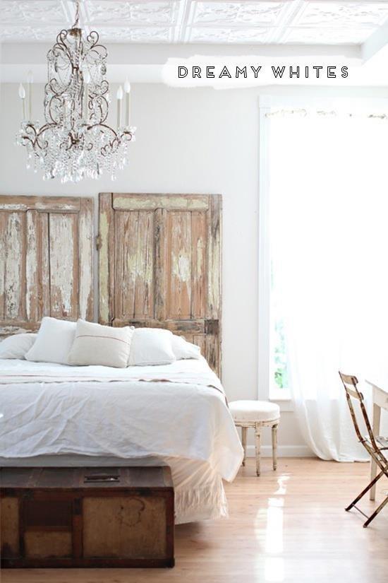 Plaats een oude deur als bed wand voor dit effect!