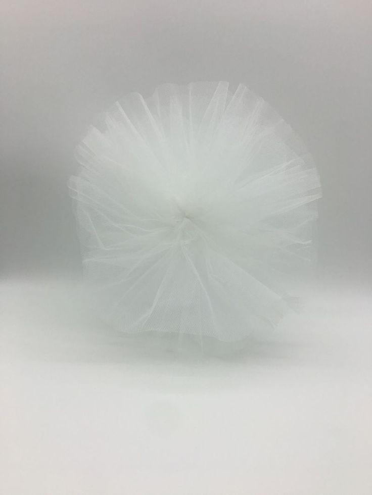 Daca organizezi o nunta in stil traditional, iar tema nuntii tale este albul, foloseste pampoane albe pentru ca aceasta culoare care simbolizeaza candoarea sa fie in ton cu rochia miresei.   Indiferent de anotimp, pampoanele albe sunt un accesoriu perfect pentru nunta.   Pampoanele din tulle alb...