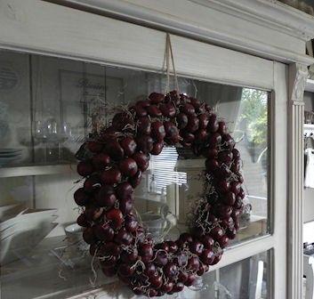 lekkere herfst bezigheid een mooie krans maken van kastanje's [nice autumn pastime make a beautiful wreath of chestnut's]