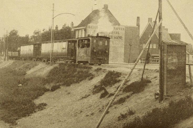 Het trammetje met rechts de Waddenweg op de achtergrond.