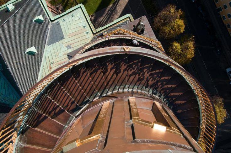 Вор-Фрельсерс Кирхе – #Дания #Столичная_область #Копенгаген (#DK_84) Vor Frelsers Kirke - церковь в Копенгагене с уникальной, закрученной вокруг башни против часовой стрелки, внешней винтовой лестницей. Подняться по ней в период с апреля по октябрь может любой желающий - с высоты в 90 метров открывает головокружительный вид на датскую столицу.  ↳ http://ru.esosedi.org/DK/84/1000120533/vor_frelsers_kirhe/