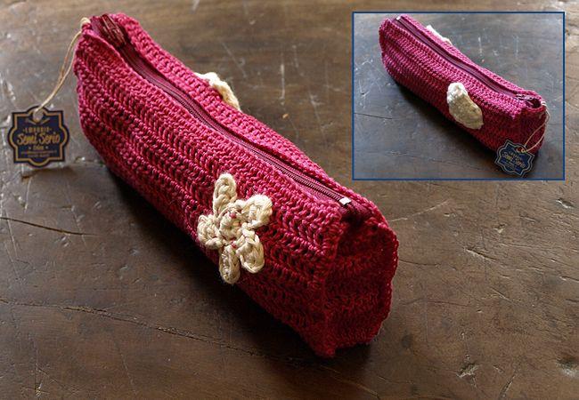 Aprile: sole, fiori e... l'astuccio all'uncinetto di Erica Ferrari April: sun, flowers and... a crochet pouch by Erica erica@emporiosemiserio.it You can find the flower pattern here: www.repeatcrafterme.com/2014/03/cherry-blossom-flower-crochet-pattern.html Thanks, Repeat crafter me! Seguici anche su Facebook, Google+ o Twitter! :)