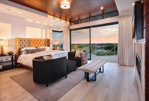 Reiche Töne auf dem Brett gestylt Decke hinzufügen Eleganz und Wärme für das Master-Schlafzimmer. Foto von Details eine Design Firma